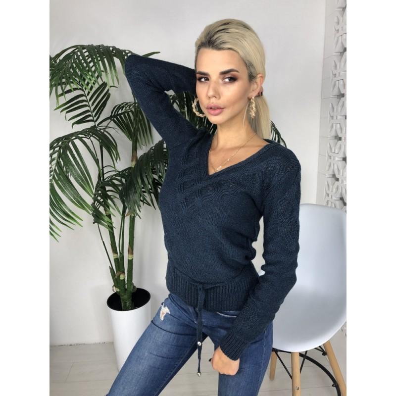 Вязаный свитер приталенного фасона со шнуровкой на поясе джинс