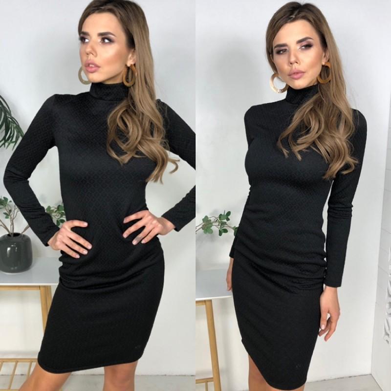 Платье-гольф по фигуре трикотаж узоры соты черное