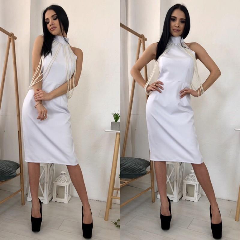 Платье миди отрезное по талии декорировано бусами белое