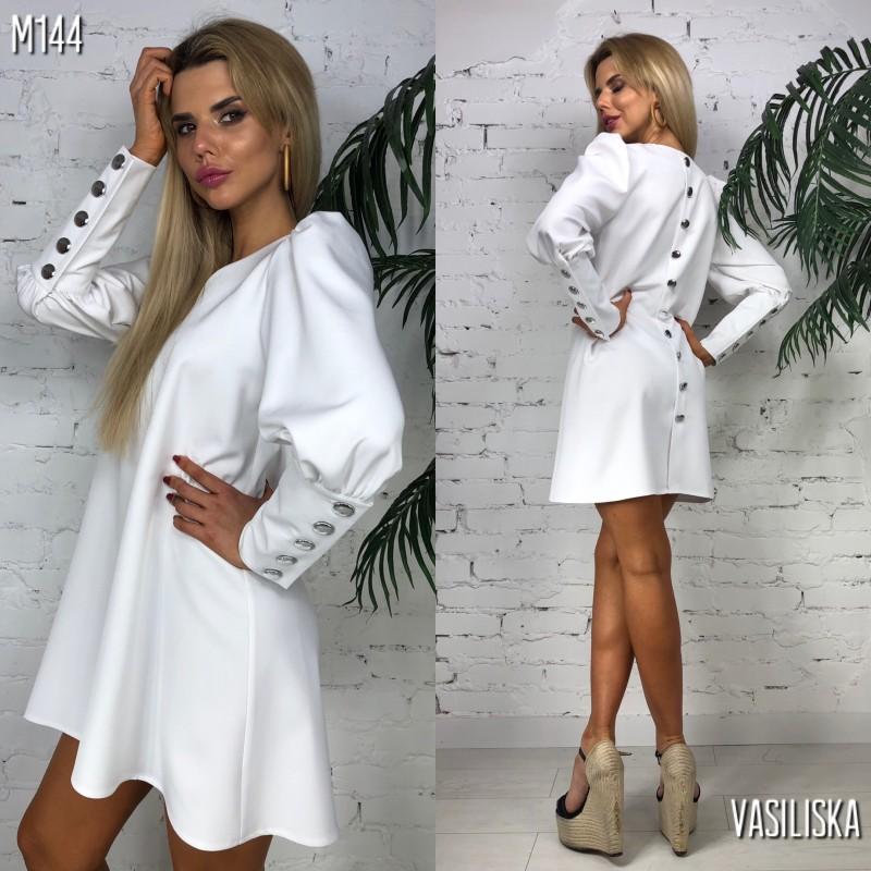 Платье-трапеция свободного кроя по спине и на манжетах пуговицы белое