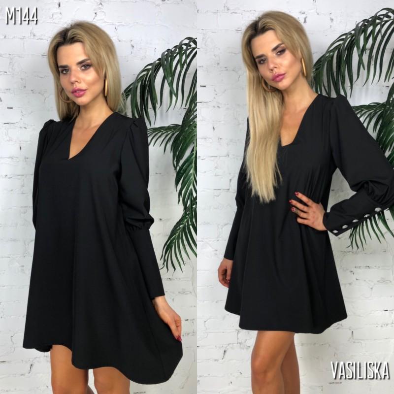 Платье-трапеция свободного кроя по спине и на манжетах пуговицы черное