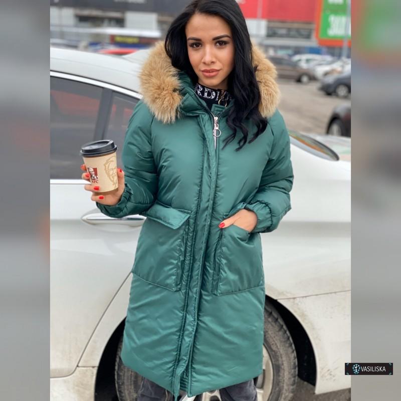 Куртка с накладными карманами с капюшоном с натуральным мехом изумрудный