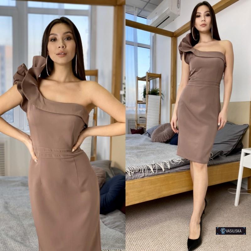 Платье короткое на одно плече с воланом капучино