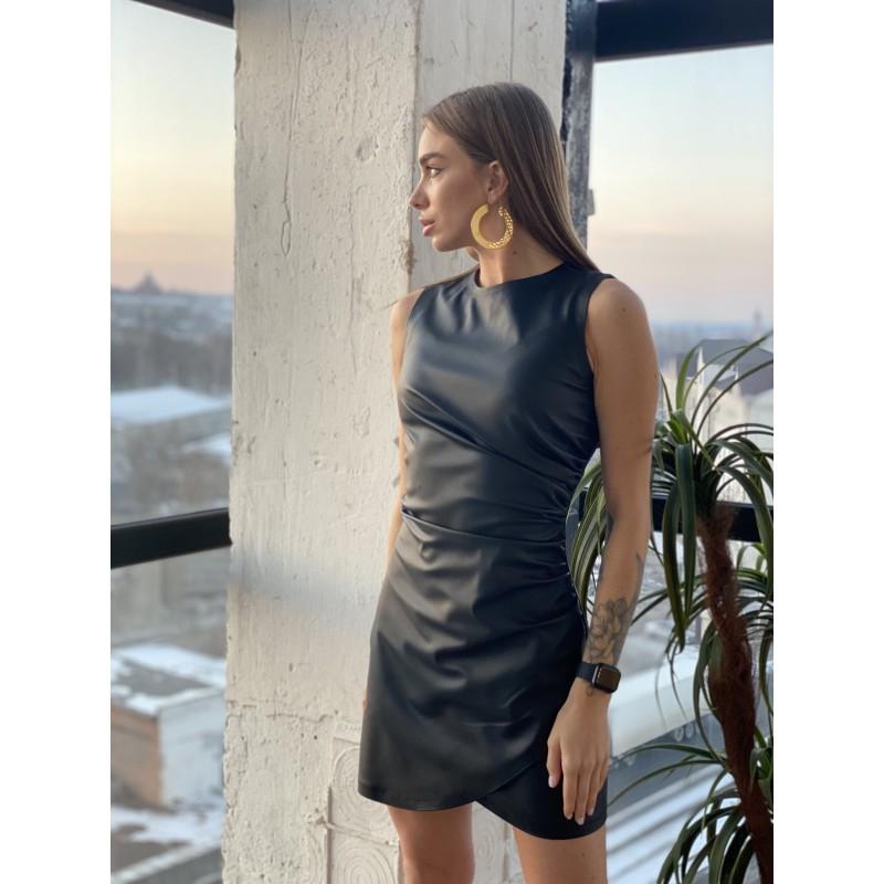 Короткое платье из экокожи черное