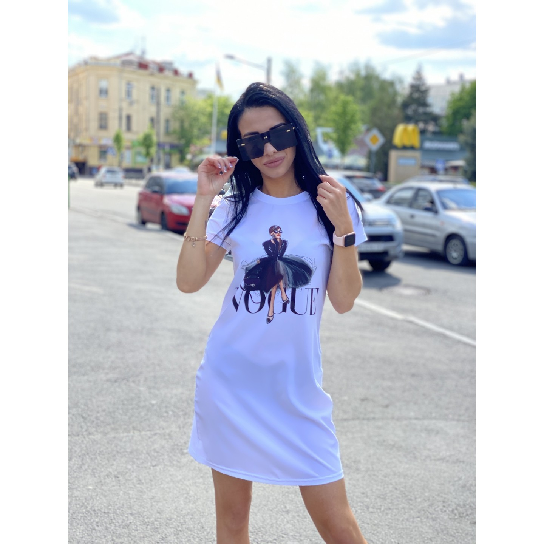 Платье-футболка Девушка в пышном черном платье на надписи белая