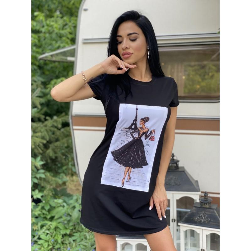 Платье-футболка с нашивкой Девушка в черном платье на фоне Эйфелевой башни черная