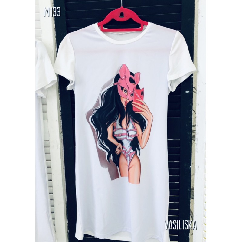 Платье-футболка Девушка в розовой маски делает селфи белая
