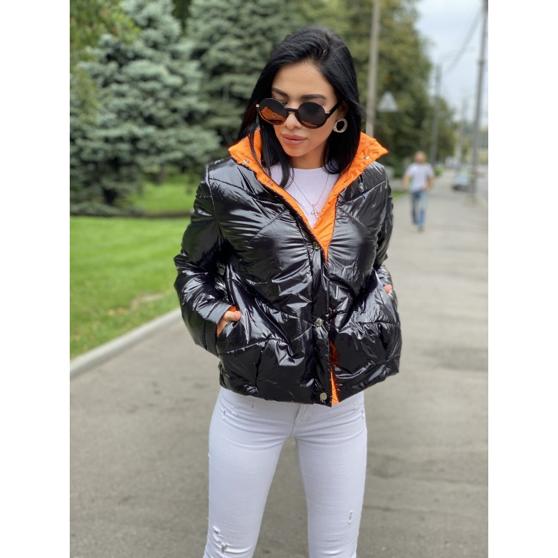 Куртка короткая на кнопках черный лак декор полоса оранжевая